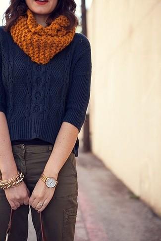 Cómo combinar: bufanda de punto naranja, bolsa tote de cuero burdeos, pantalón cargo marrón, jersey de ochos azul marino