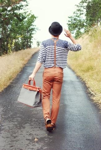 Combinar una bolsa tote de lona gris: Elige una camiseta de manga larga de rayas horizontales gris y una bolsa tote de lona gris para un look agradable de fin de semana.
