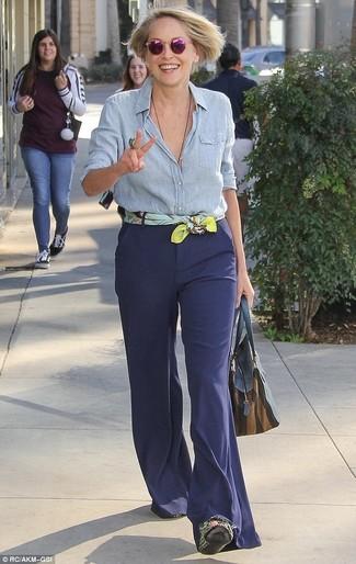 Cómo combinar: bufanda de seda estampada amarilla, bolsa tote de cuero azul marino, pantalón de campana azul marino, camisa de vestir de cambray celeste