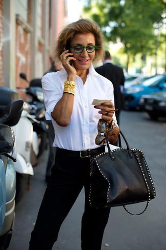 Moda para mujeres de 50 años: Si buscas un estilo adecuado y a la moda, usa una camisa de vestir blanca y un pantalón de pinzas negro.
