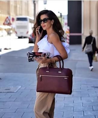 Cómo combinar: gafas de sol negras, bolsa tote de cuero burdeos, pantalones anchos marrón claro, blusa sin mangas con volante blanca