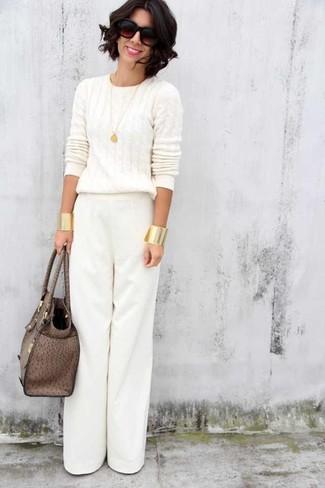 Cómo combinar: gafas de sol en marrón oscuro, bolsa tote de cuero marrón, pantalones anchos blancos, jersey de ochos blanco