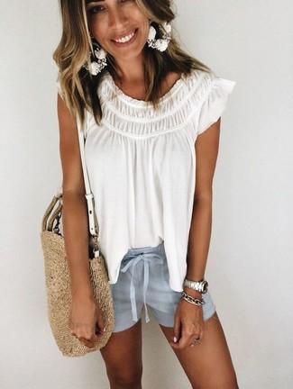 Cómo combinar: pulsera plateada, bolsa tote de paja marrón claro, pantalones cortos celestes, blusa campesina blanca