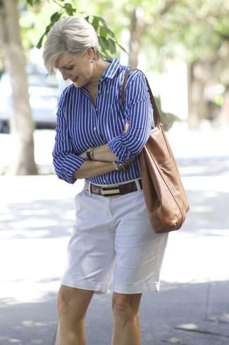 Cómo combinar: correa de cuero en marrón oscuro, bolsa tote de cuero marrón, pantalones cortos blancos, camisa de vestir de rayas verticales azul