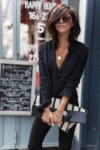 Cómo combinar: gafas de sol burdeos, bolsa tote de lona de rayas verticales en beige, pantalones pitillo negros, camisa de vestir negra