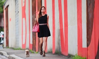 Cómo combinar: correa de cuero rosada, bolsa tote de cuero rosa, sandalias de tacón de cuero negras, vestido casual negro