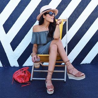 Cómo combinar: sombrero de paja en beige, bolsa tote de cuero roja, sandalias con cuña de cuero marrónes, vestido con hombros al descubierto gris
