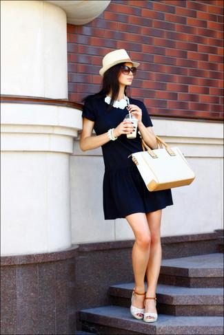 Cómo combinar: sombrero de paja en beige, bolsa tote de paja en beige, sandalias con cuña de crochet blancas, vestido recto azul marino