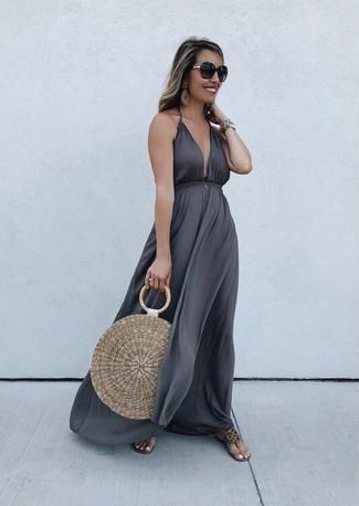 Cómo combinar: gafas de sol en marrón oscuro, bolsa tote de paja marrón claro, sandalias de dedo de cuero marrón claro, vestido largo en gris oscuro