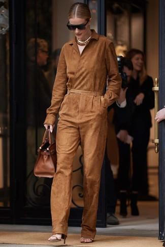 Cómo combinar: gafas de sol negras, bolsa tote de cuero marrón, sandalias de tacón de cuero marrónes, mono de ante en tabaco
