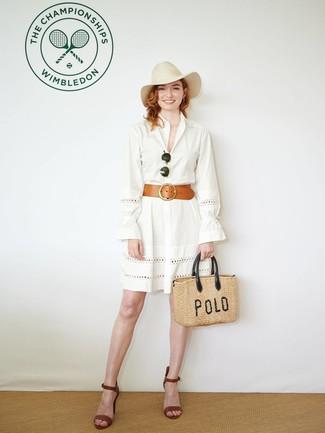 Combinar un sombrero de lana en beige: Para un atuendo tan cómodo como tu sillón casa una vestido camisa con ojete blanca con un sombrero de lana en beige. Sandalias de tacón de cuero marrónes son una opción perfecta para complementar tu atuendo.
