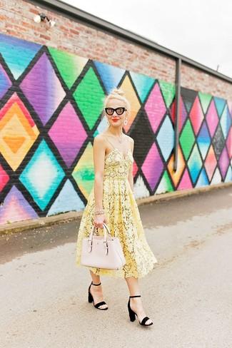 Cómo combinar: gafas de sol negras, bolsa tote de cuero en beige, sandalias de tacón de ante negras, vestido midi de crochet amarillo