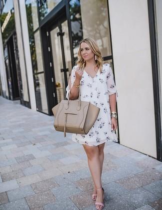 Cómo combinar: pulsera dorada, bolsa tote de cuero en beige, sandalias de tacón de cuero rosadas, vestido recto con print de flores blanco