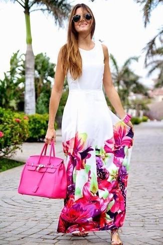Cómo combinar: gafas de sol en negro y dorado, bolsa tote de cuero rosa, sandalias planas de cuero plateadas, vestido largo con print de flores en blanco y rosa