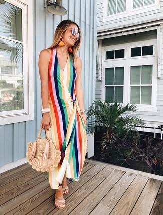 Cómo combinar: gafas de sol plateadas, bolsa tote de paja marrón claro, sandalias planas de cuero marrón claro, vestido largo de rayas verticales en multicolor