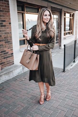 Cómo combinar: correa de cuero marrón claro, bolsa tote de cuero marrón, sandalias romanas de ante marrónes, vestido camisa verde oliva
