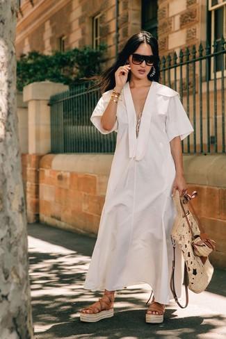 Combinar unos pendientes celestes: Un vestido midi de lino blanco y unos pendientes celestes son una opción perfecta para el fin de semana. Sandalias romanas de cuero marrón claro son una opción inmejorable para complementar tu atuendo.