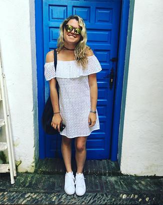 Cómo combinar: gafas de sol doradas, bolsa tote de cuero azul marino, tenis blancos, vestido con hombros al descubierto con ojete blanco