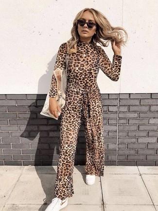 Cómo combinar: gafas de sol en marrón oscuro, bolsa tote de goma transparente, tenis blancos, mono de leopardo marrón