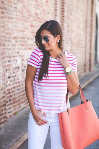 Cómo combinar: gafas de sol azul marino, bolsa tote de cuero naranja, vaqueros pitillo blancos, camiseta con cuello circular ombre rosa
