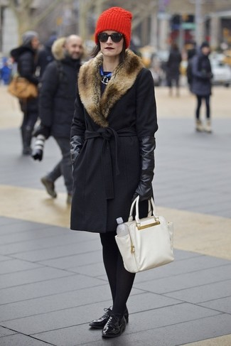 Cómo combinar: guantes de cuero negros, bolsa tote de cuero blanca, zapatos oxford de cuero negros, abrigo con cuello de piel negro