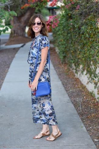 Combinar un bolso bandolera de cuero azul: Un vestido midi con print de flores azul y un bolso bandolera de cuero azul son una opción inigualable para el fin de semana. Sandalias planas de cuero doradas son una opción estupenda para completar este atuendo.