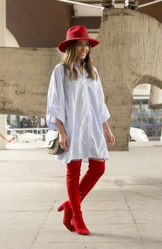 Cómo combinar: sombrero de lana rojo, bolso bandolera de cuero verde oliva, botas sobre la rodilla de ante rojas, vestido camisa de rayas verticales celeste
