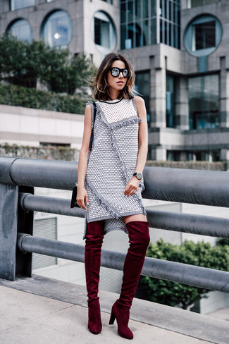 Cómo combinar: gafas de sol negras, bolso bandolera de cuero negro, botas sobre la rodilla de terciopelo burdeos, vestido recto de tweed gris