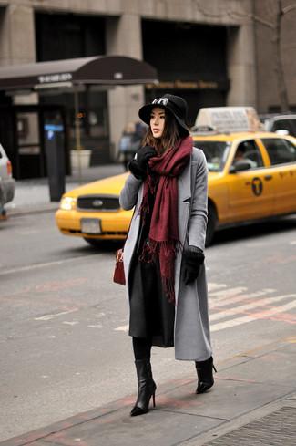 Cómo combinar: guantes de lana negros, bolso bandolera de ante burdeos, botines de cuero negros, abrigo gris