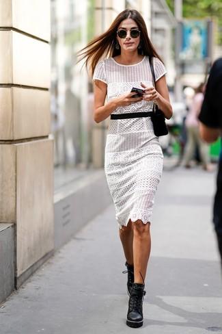 Cómo combinar: gafas de sol negras, bolso bandolera de ante negro, botines con cordones de cuero gruesos negros, vestido tubo de crochet blanco