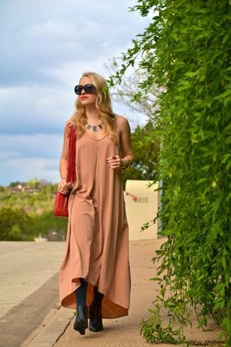 Cómo combinar: gafas de sol en negro y dorado, bolso bandolera de ante rojo, botines con cuña de cuero negros, vestido largo de seda marrón claro