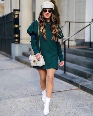 Combinar un bolso bandolera de cuero acolchado en beige: Equípate un vestido casual verde oscuro con un bolso bandolera de cuero acolchado en beige transmitirán una vibra libre y relajada. Botines de elástico blancos son una opción muy buena para complementar tu atuendo.