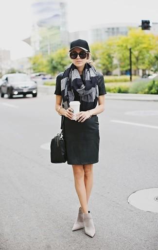 Combinar una gorra inglesa negra: Ponte un vestido recto de cuero negro y una gorra inglesa negra transmitirán una vibra libre y relajada. Botines de ante grises son una opción excelente para completar este atuendo.