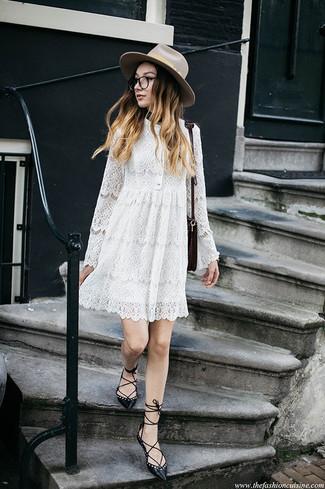 Combinar un sombrero de lana en beige: Emparejar un vestido amplio de encaje blanco con un sombrero de lana en beige es una opción muy buena para el fin de semana. ¿Te sientes valiente? Opta por un par de bailarinas de cuero negras.