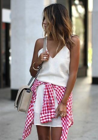 Cómo combinar: pulsera dorada, bolso bandolera de cuero en beige, camisa de vestir de cuadro vichy en rojo y blanco, vestido de tirantes en beige