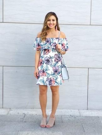Combinar unas chinelas de ante en beige: Elige un vestido con hombros al descubierto con print de flores blanco transmitirán una vibra libre y relajada. Chinelas de ante en beige proporcionarán una estética clásica al conjunto.