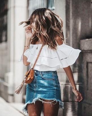 Cómo combinar: bolso bandolera de ante marrón claro, minifalda vaquera azul, top con hombros descubiertos blanco
