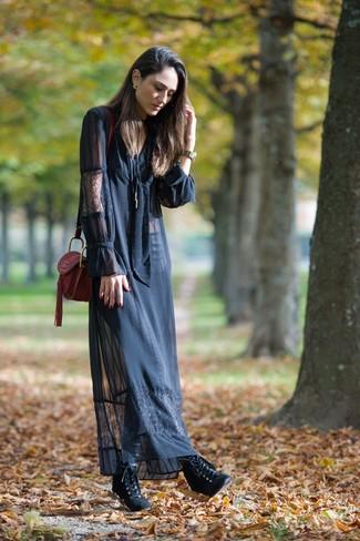 Cómo combinar: bolso bandolera de cuero burdeos, botines con cordones de cuero negros, vestido largo de encaje negro