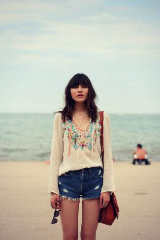 Cómo combinar: bolso bandolera de cuero burdeos, pantalones cortos vaqueros desgastados azules, blusa campesina bordada blanca