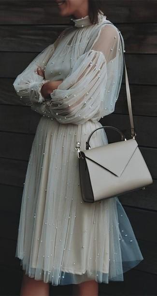 Look de moda: Bolso bandolera de cuero en beige, Vestido midi de tul en beige