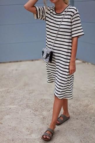 Cómo combinar: bolso bandolera de cuero de leopardo en blanco y negro, sandalias planas de cuero grises, vestido casual de rayas horizontales en blanco y negro
