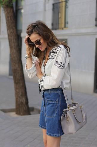 Cómo combinar: bolso bandolera de cuero gris, falda con botones vaquera azul, blusa campesina bordada en blanco y negro
