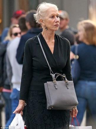 Cómo combinar: bolso bandolera de cuero gris, falda midi de encaje negra, jersey de pico negro