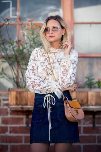 Cómo combinar: bolso bandolera de cuero marrón claro, minifalda vaquera azul marino, blusa de manga larga de encaje blanca