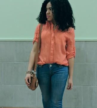 Cómo combinar: bolso bandolera de cuero marrón, vaqueros azules, blusa de botones ligera naranja