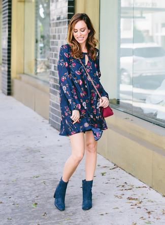 Cómo combinar: bolso bandolera de cuero morado, botines de ante en verde azulado, vestido amplio con print de flores azul marino
