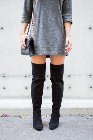 Cómo combinar: bolso bandolera de cuero acolchado negro, botas sobre la rodilla de ante negras, vestido recto con relieve gris
