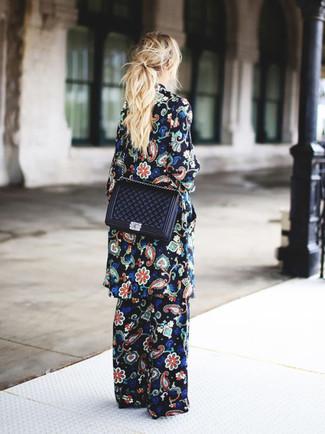 Combinar un abrigo con print de flores negro: Intenta combinar un abrigo con print de flores negro junto a unos pantalones anchos con print de flores negros para cualquier sorpresa que haya en el día.