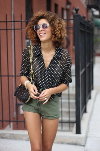 Cómo combinar: bolso bandolera de cuero acolchado negro, pantalones cortos verde oliva, blusa de manga corta a lunares en negro y blanco