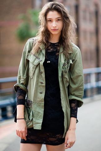 Cómo combinar: bolso bandolera de cuero negro, vestido ajustado de encaje negro, chaqueta militar verde oliva